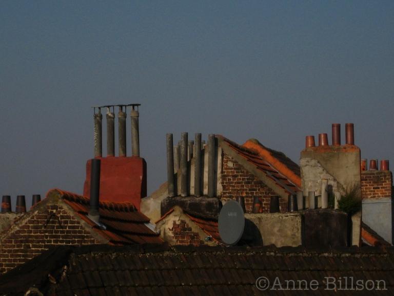 Blauwe hemel, rode schoorsteen: St Gillis.