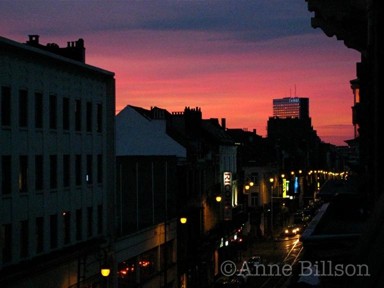 Leunend uit mijn raam: Charleroise Steenweg, St-Gillis.
