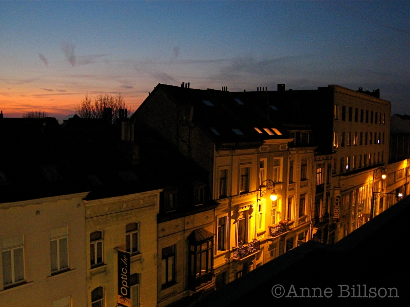 Inktzwarte avond: Charleroise Steenweg, St-Gillis.