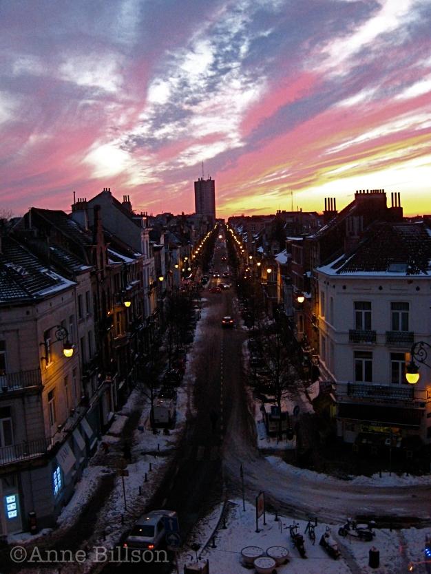 Roze hemel en sneeuw: Sint-Gillis.