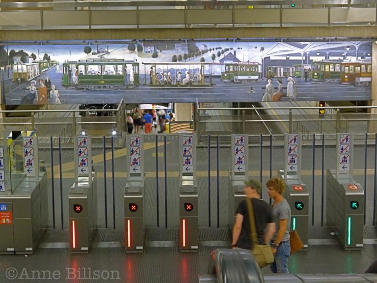 Paul Delvaux bij metrostation Beurs: Brussel.