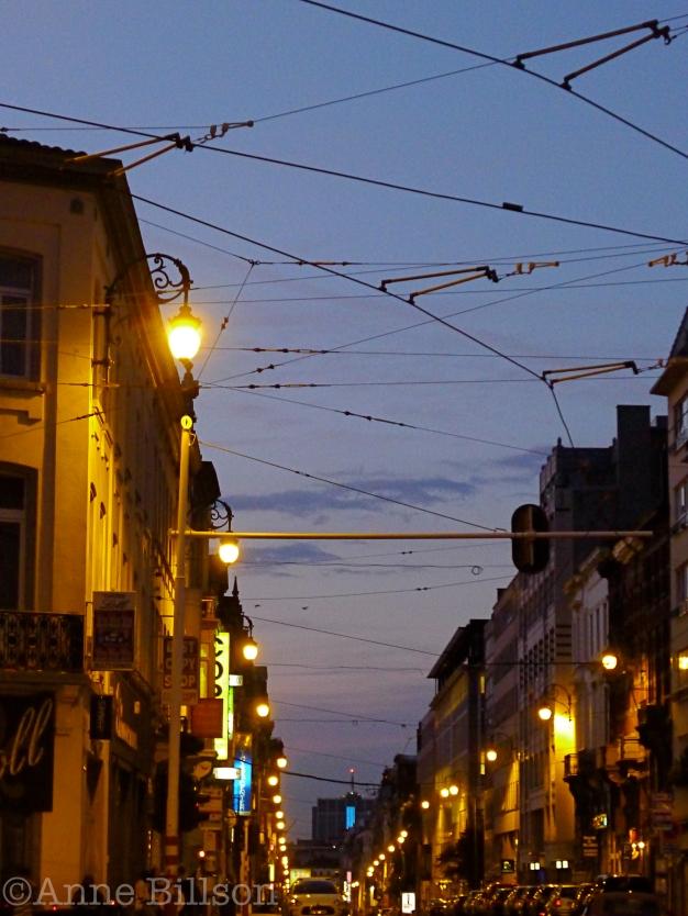 Charleroise Steenweg in het donker: Sint-Gillis.