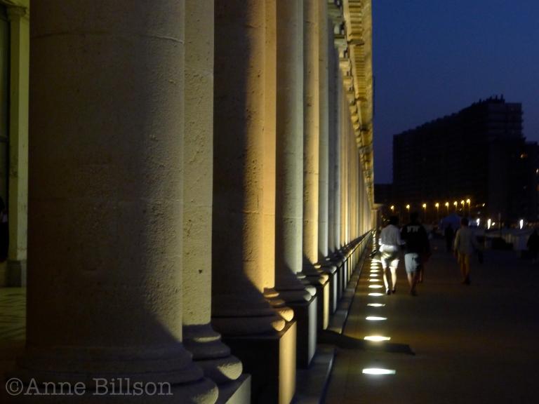 Zeegroene en abrikoos kolommen: Koning Boudewijnpromenade, Oostende.