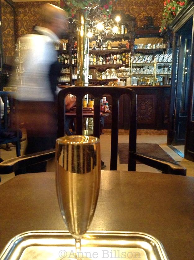 Half en Half (half witte wijn, half champagne) : Le Cirio, Beursstraat 18/20, Brussel.