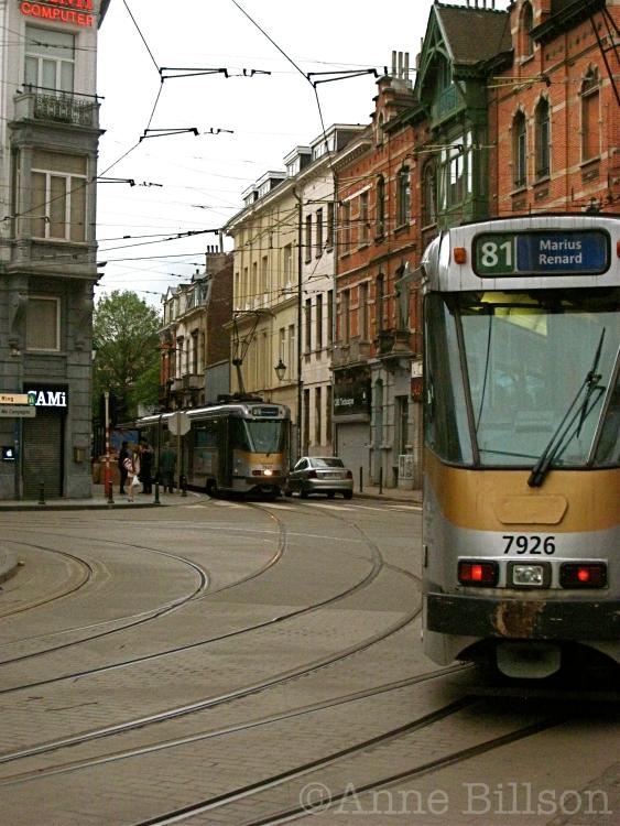 Hier komt de tram, daar gaat de tram: Morisstraat en Charleroise Steenweg, Sint-Gillis.