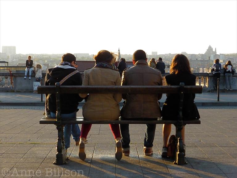 Vier op een bankje: Poelaertplein, Brussel.