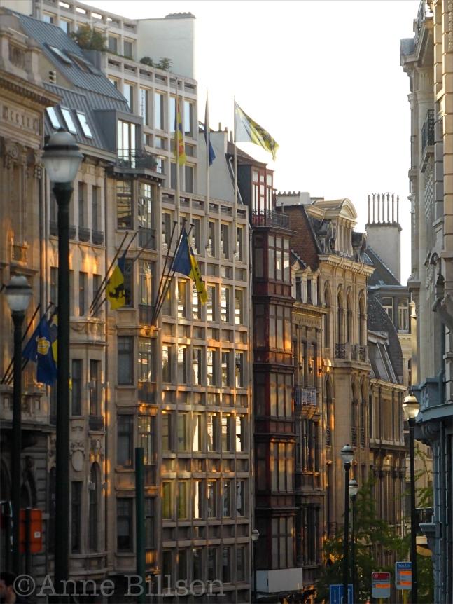 Lombardstraat met vlaggen: Lombardstraat, Brussel.