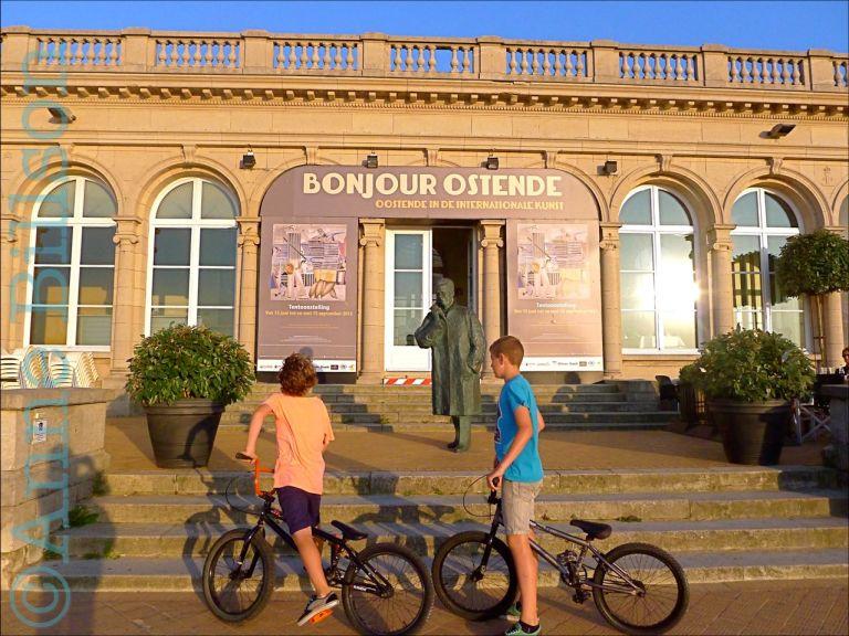 Twee jongens met fietsen: