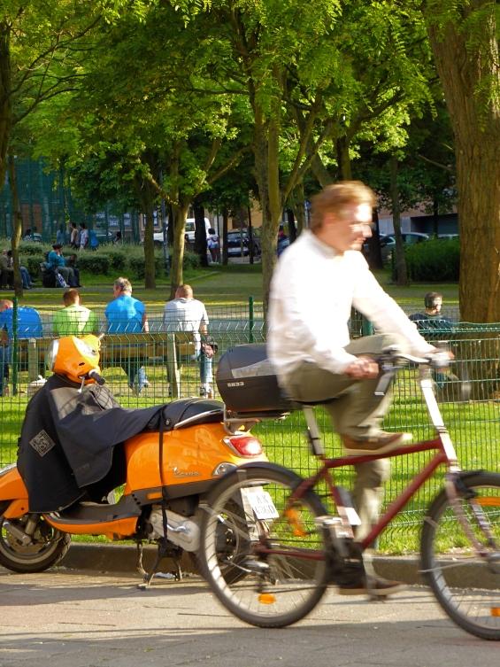 Bankje en fiets: Overwinningsstraat, Sint-Gillis.