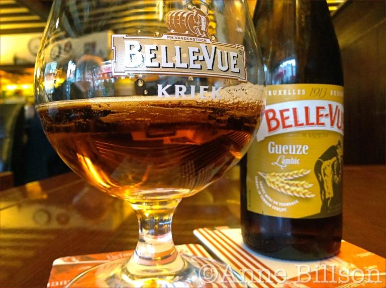 Belle-Vue Gueuze Lambic, 5.2%, in een Belle-Vue Kriek glas: Café le Cocq, Fernand Cocqplein 25, Elsene.