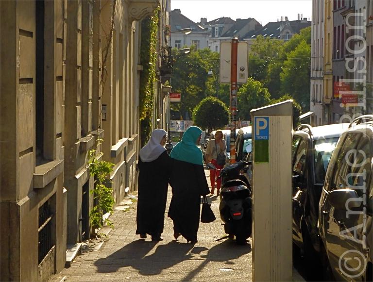 Drie vrouwen: Overwinningsstraat, Sint-Gillis.