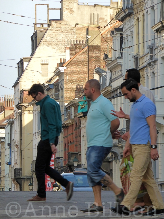 Vier mannen over de weg: Overwinningsstraat, Sint-Gillis.