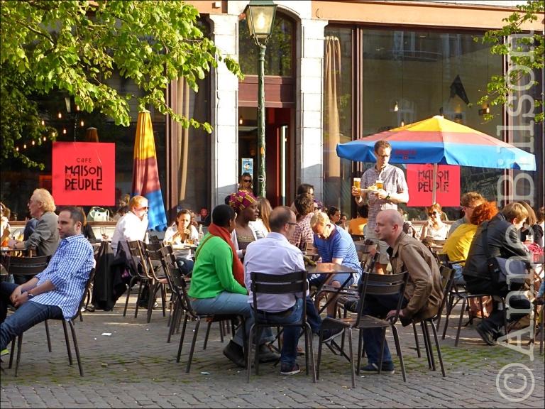De buitenkant van de Café Maison du Peuple: Sint-Gillisvoorplein, Sint-Gillis.