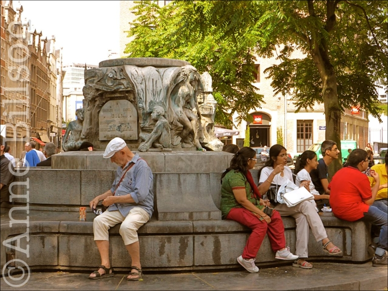 Karel Buls-fontein: Agoraplein, Grasmarkt, Brussel. (Maar waar is Karel Buls?)
