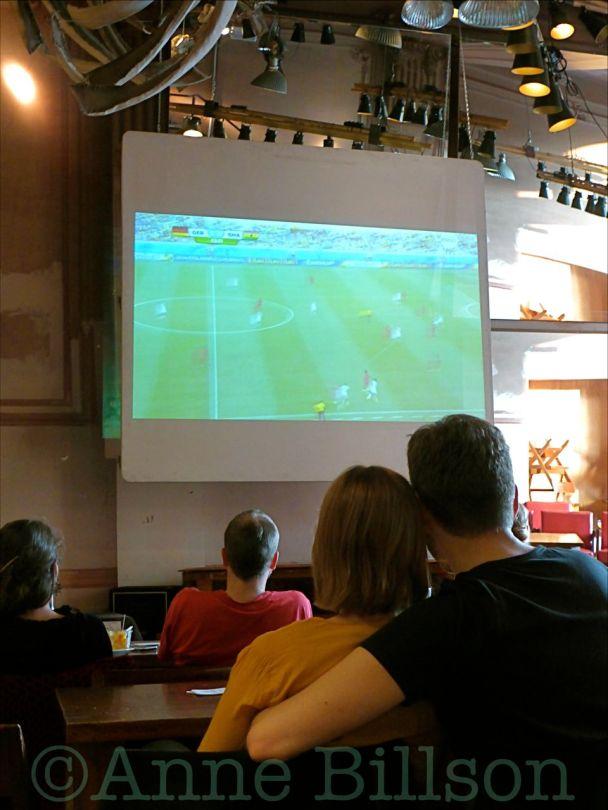 Kijken naar het voetbal: Potemkine, Hallepoortlaan 2, Sint-Gillis.