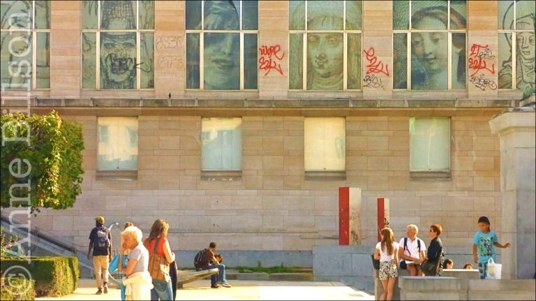 Bibliotheek met graffiti: Kunstberg, Brussel.