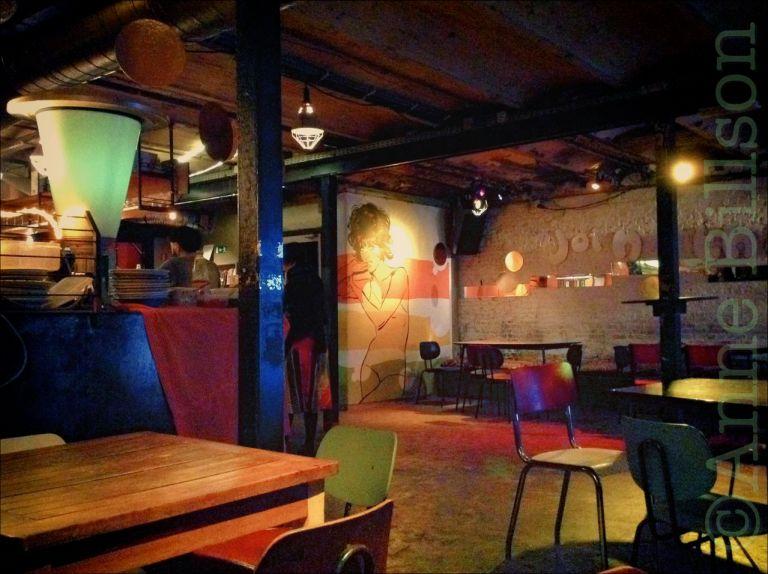 Nova meisje: de bar van Cinema Nova (tijdens de Offscreen filmfestival), Arenbergstraat 3, Brussel.
