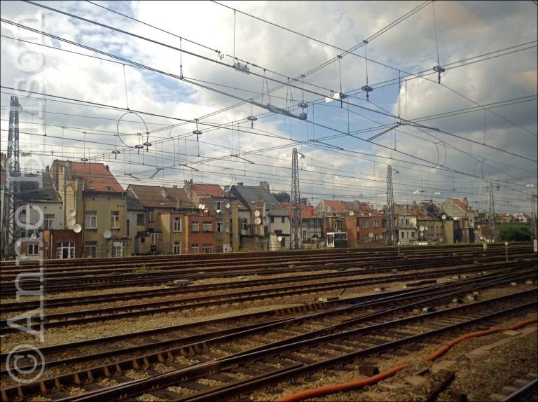 Vanuit een trein naderen Brussel-Noord.