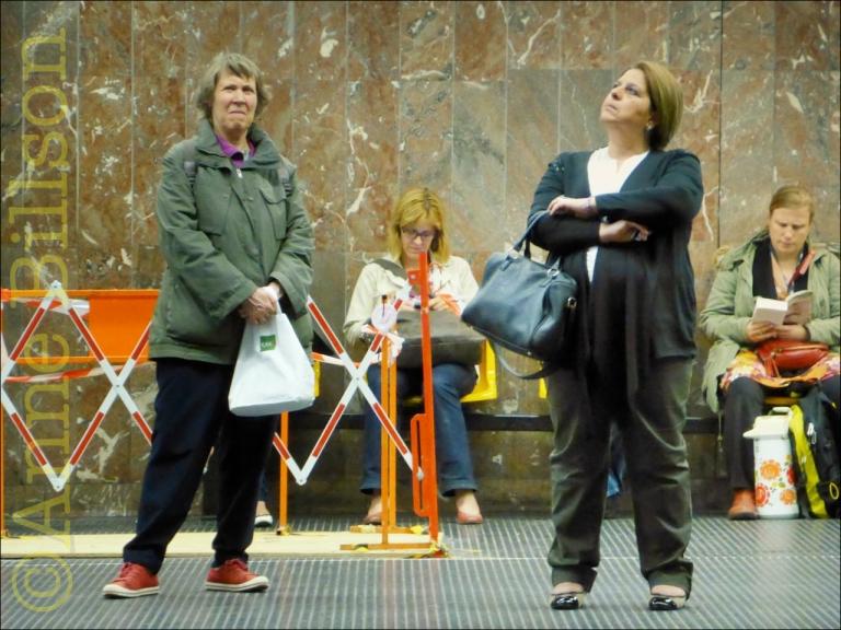 Vier vrouwen: Louiza metrostation, Brussel/Sint-Gillis.