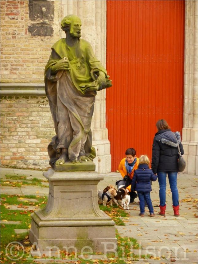 Standbeelden en kleine honden: Sint-Salvatorskathedraal,Sint-Salvatorskoorstraat 8, Brugge.