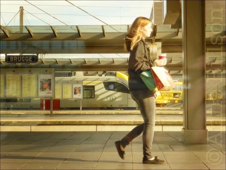 Een perron vanuit de trein: Station Brugge, Brugge.