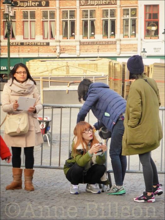 Vier vrouwen in Grote Markt: Grote Markt, Brugge.