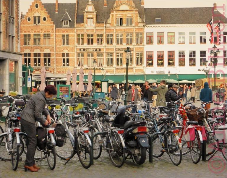 Veel fietsen: Grote Markt, Brugge.