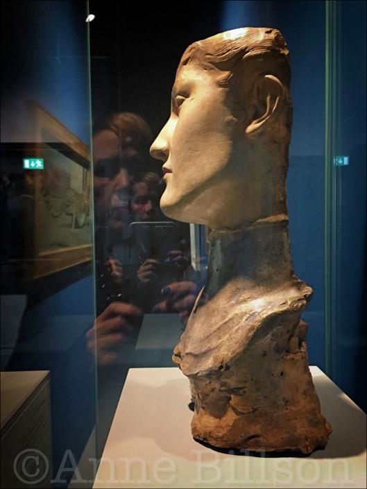 Masker van een jonge Engelse vrouw (Fernand Khnopff, 1891): Fin-de-siècle Museum, Regentschapsstraat 3, Brussel.