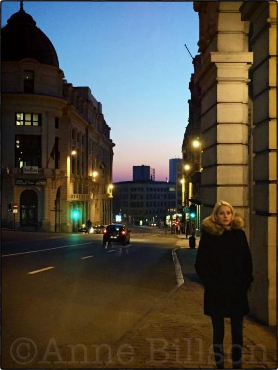 Jonge vrouw in zwart: Koloniënstraat, Brussel.