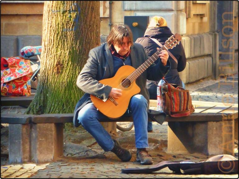 Man mit gitaar: Hendrik Conscienceplein, Antwerpen.