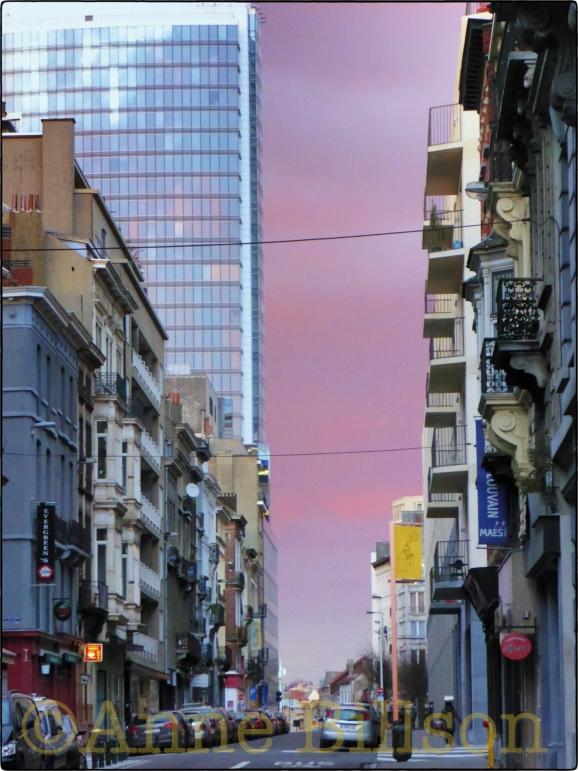 Roze achtergrond: Ijzerenkruisstraat, Brussel.