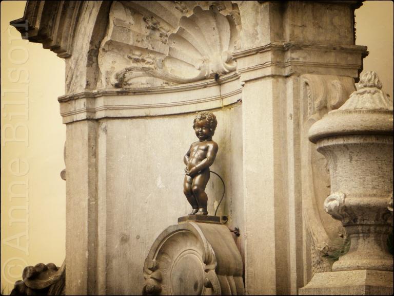 Manneken Pis (beeldhouwer: Jerôme Duquesnoy, 1619) kruispunt van Stoofstraat en Eikstraat. Brussel.