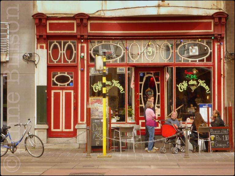 Café den Tram: Henry Seruyslaan 3, Oostende.