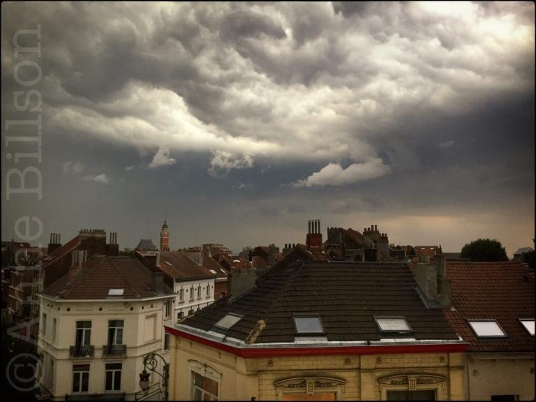 Een onweer komt: Sint-Gillis.