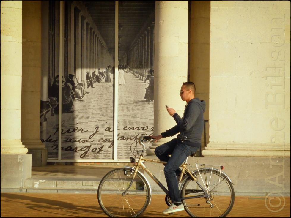 Sms'en en fietsen: Koning Boudewijnpromenade, Oostende.