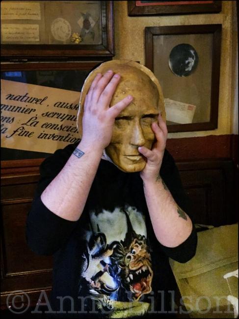 Johnny met een masker: Het Goudblommeke in Papier, Cellebroersstraat 55, Brussel.
