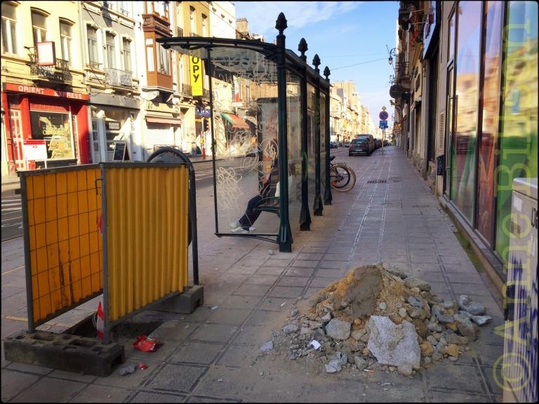 Stapel puin: Charleroise steenweg, Sint-Gillis.