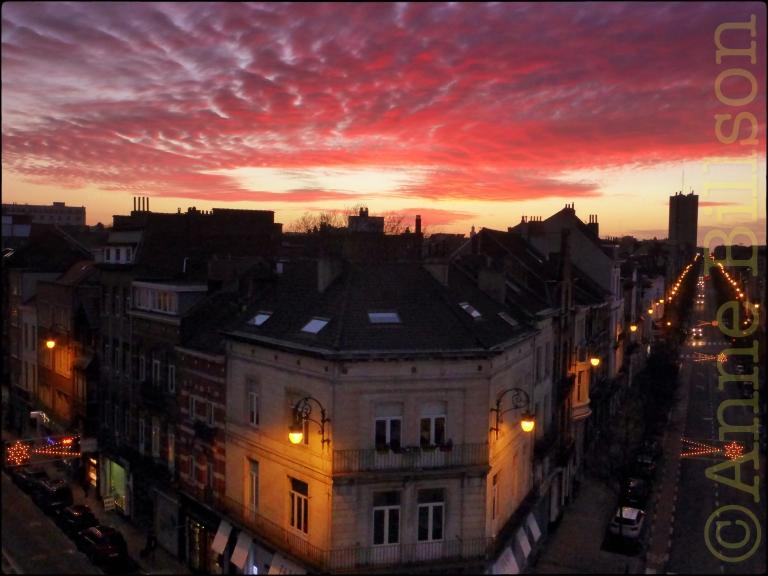 De laatste zonsondergang van 2015: Charleroise Steenweg & Dupétiauxlaan, Sint-Gillis.