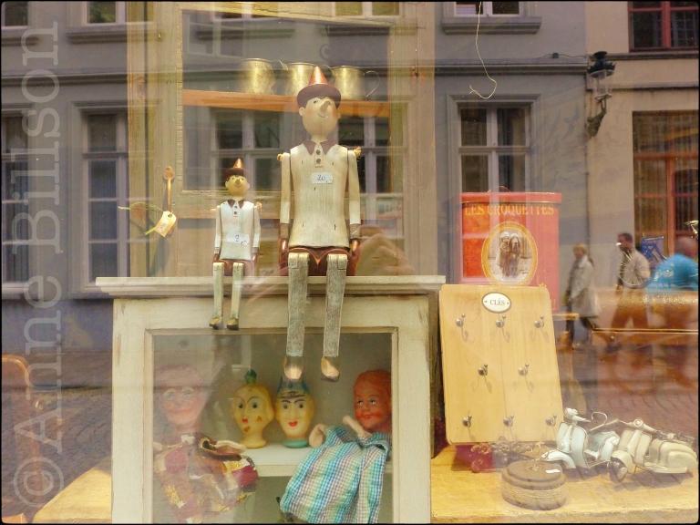 Poppen in vensters: Brugge.