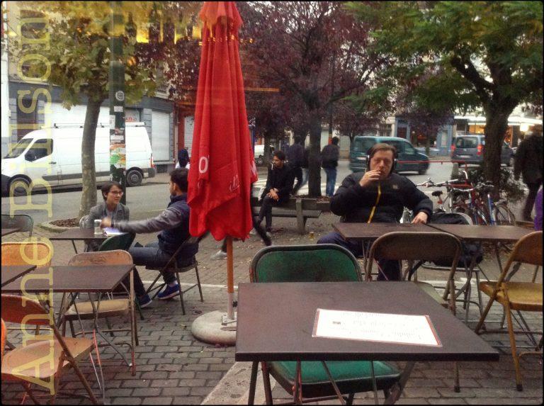 Buiten het Café de la Pompe: Warerloosesteenweg, Sint-Gillis.