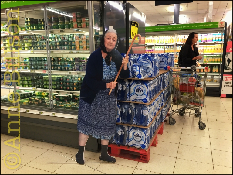 Oma met een stok: Carrefour supermarkt, Waterloosesteenweg 609, Elsene.