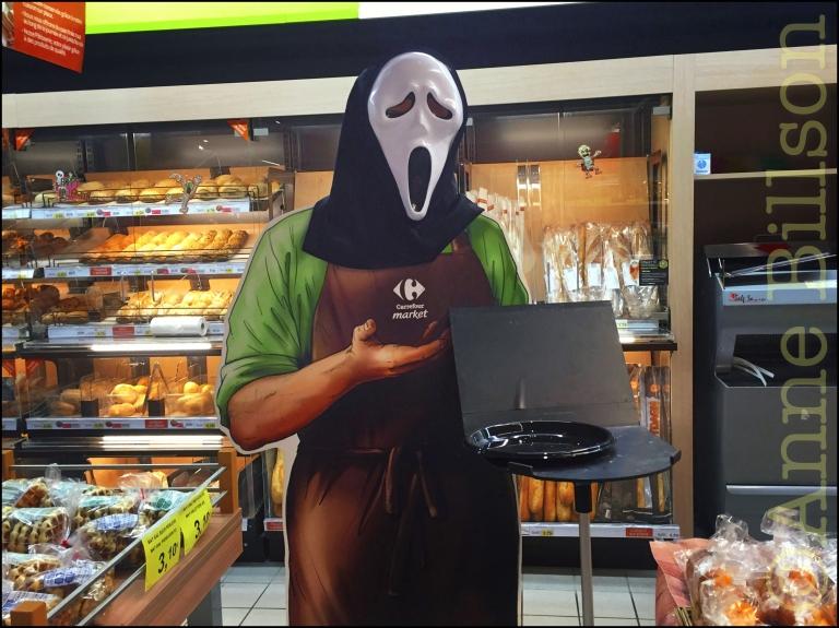 Twee dagen na Halloween: Carrefour, Vanderkinderestraat, Ukkel.